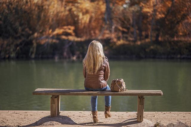 dívka u vody