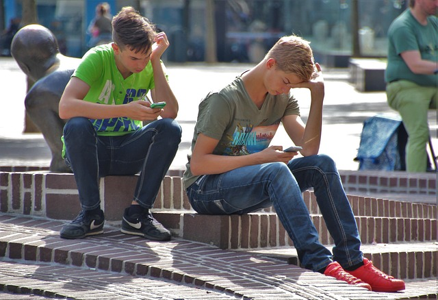 mladíci s mobilem.jpg