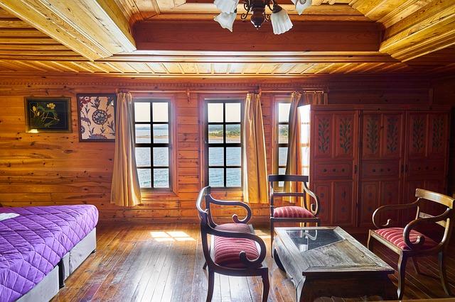 místnost obložená dřevem.jpg