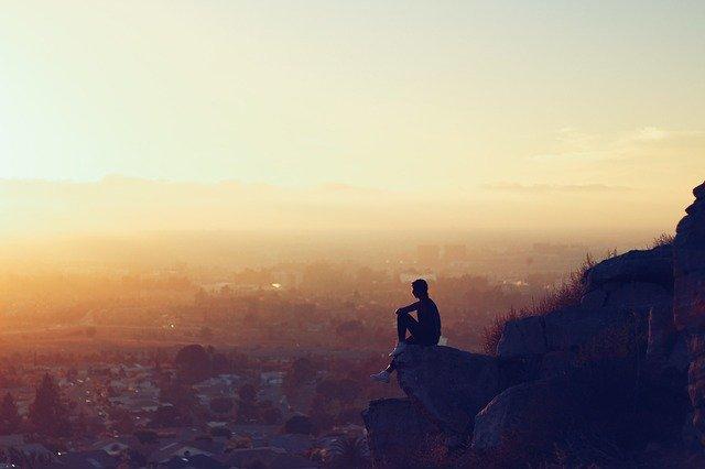 člověk sedící sám